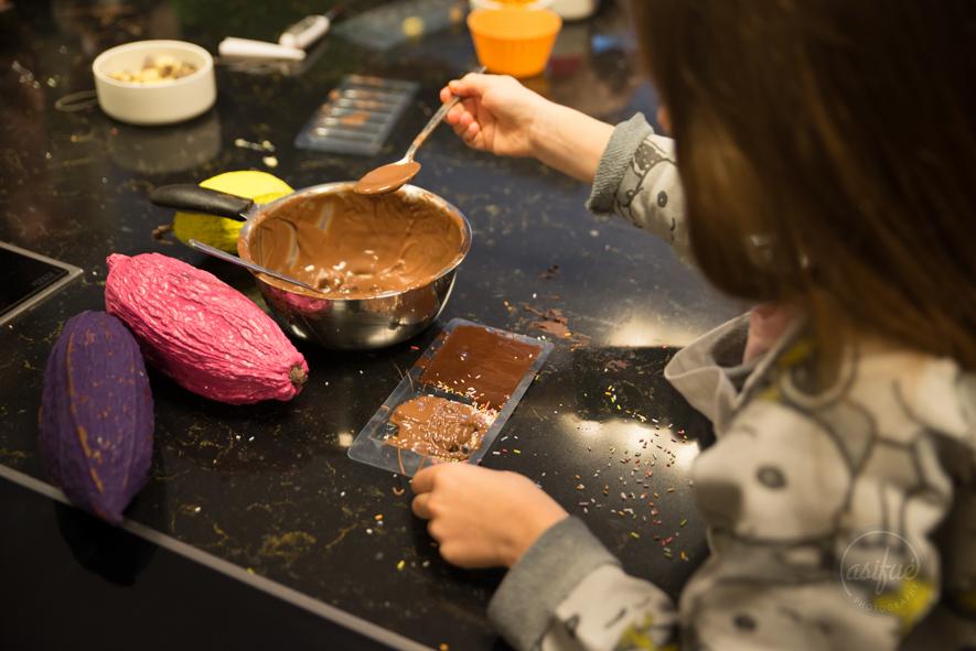 niña haciendo chocolate