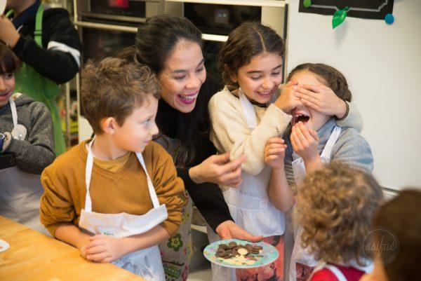 niños catando chocolate