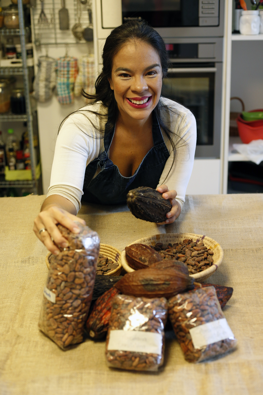 Helen con bolsas de cacao seco