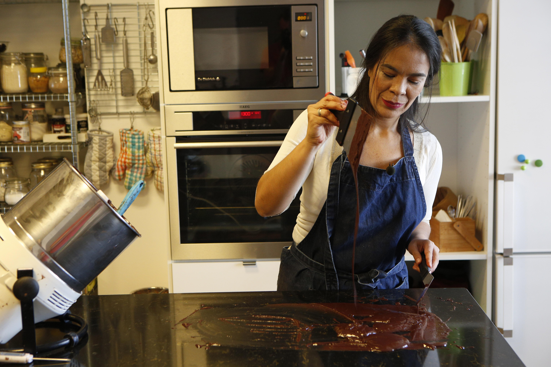 Mujer temperando chocolate