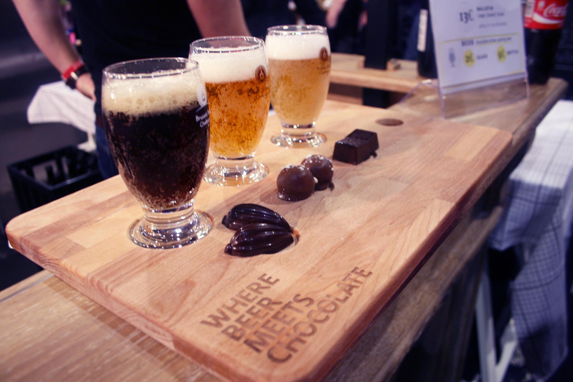 Tres copas de cervezas servidas con tres tipos de chocolate