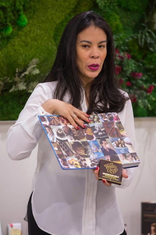 Helen López en una cata de chocolate